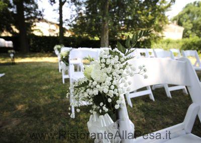 Bouquet-di-fiori-bianchi-su-sedia-bianca-Ristorante-trattoria-alla-pesa-Sorga-in-provincia-di-Verona-vicino-a-Mantova