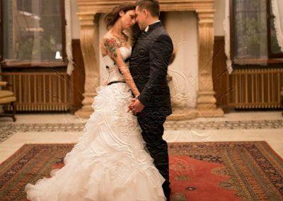 Due-sposi-abbracciati-in-salone-Ristorante-trattoria-alla-pesa-Sorga-in-provincia-di-Verona-vicino-a-Mantova
