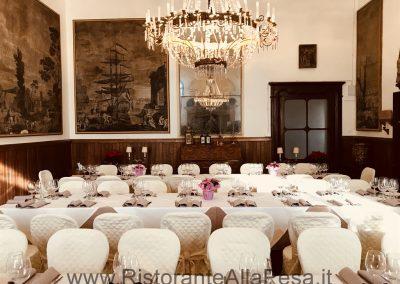 Tavolate-imbandite-e-quadri-alle-pareti-sala-interna-villa-Ristorante-Trattoria-Alla-Pesa-Sorga-in-provincia-di-Verona-vicino-a-Mantova