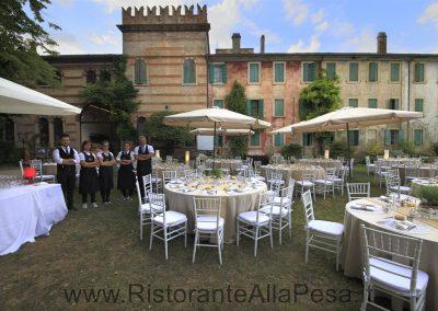 Tavole-apparecchiate-e-staff-all-esterno-del-Ristorante-trattoria-alla-pesa-Sorga-in-provincia-di-Verona-vicino-a-Mantova